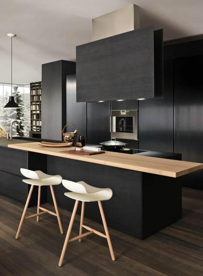 repeindre sa cuisine, meubles gris anthracite, chaises de bar en couleur blanche, avec des pieds en bois clair, plan de travail en surface imitation bois clair