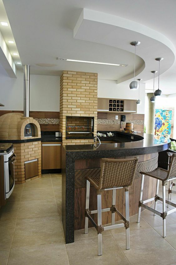 quelle couleur pour les murs d'une cuisine, avec des zones en briques jaunes, chaises de bar en marron foncé, avec des pieds métalliques en couleur argent, plan de travail en gris avec finition brillante de la surface