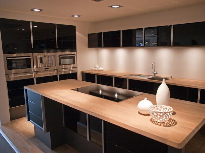 but meuble cuisine noire et bois ilot central en bois