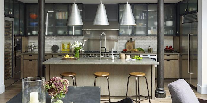 separation cuisine salon par un bar gris avec tabourets bois autour, cuisine bois et placards en metal avec portes en verre, deco style industriel