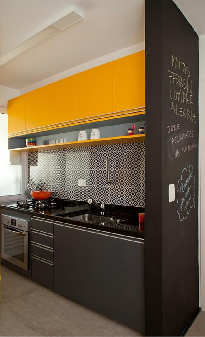 repeindre sa cuisine en gris anthracite et jaune avec un mur tableau noir, plan de travail du lavabo en noir brillant, sol beige