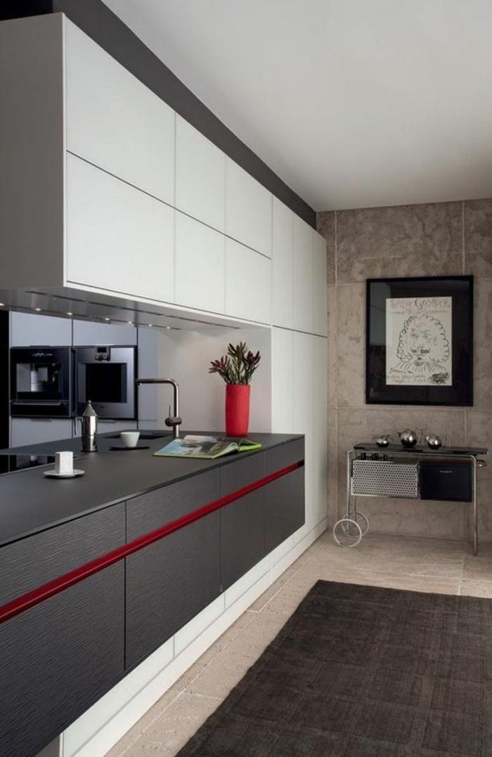 peinture pour meuble de cuisine, quelle couleur pour les murs d'une cuisine, gris foncé et rouge, meubles en blanc, tapis gris, sur revêtement du sol en beige