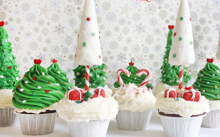 fond d écran noel gourmand, cupcakes glacage décoration imitation sapins de noel et neige, petits cadeaux et cannes en sucre