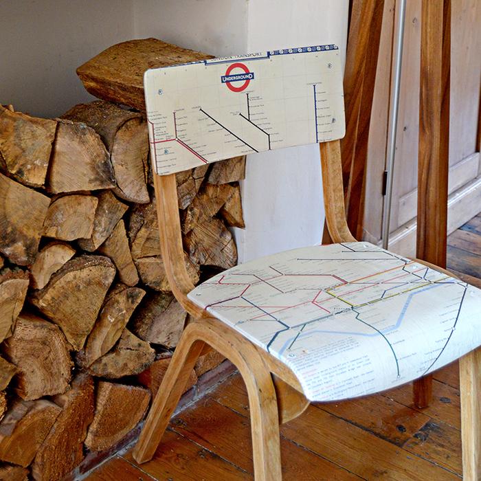 customiser un meuble en bois avec la technique du décopatch, chaise décorée d une ancienne carte de métro