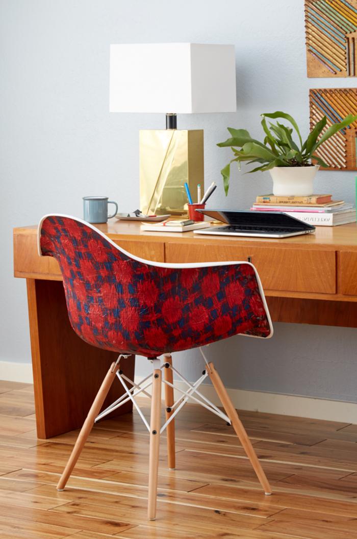 une chaise plastique terne transformé en meuble de bureau élégant avec un revêtement en tissu imprimé, customiser un meuble sans peinture