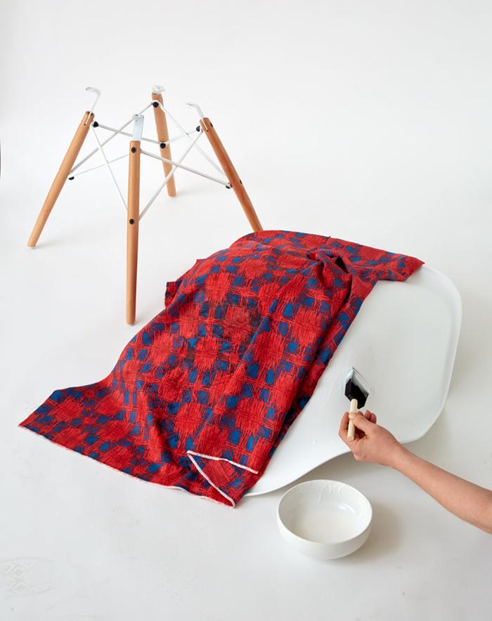 relooker un meuble sans peinture, chaise en plastique transformée en meuble de bureau élégant grâce à un revêtement en tissu imprimé