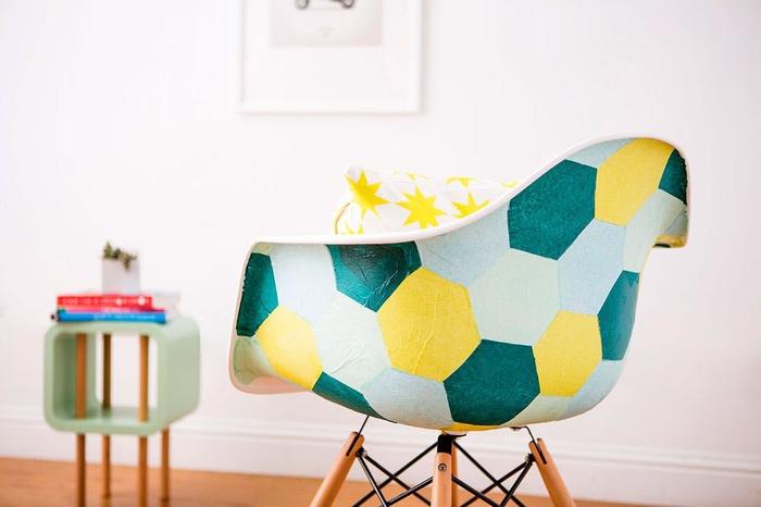 comment relooker des chaises coquilles grâce au collage de serviettes en papier hexagonales