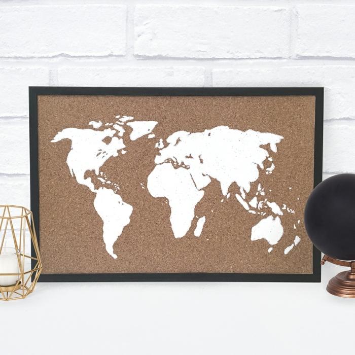 décoration de chambre avec tableau de liège carte du monde peinte sur tableau de liège idée originale belle déco de chambre