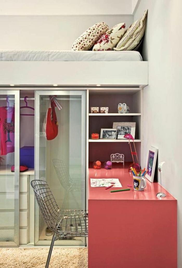 aménager petite chambre avec un bureau en couleur corail, un lit au deuxième niveau, avec des grands coussins colorés, penderie avec des portes coulissantes aux vitres transparentes