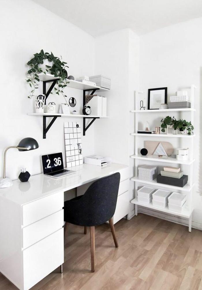chambre de 9m2, bureau blanc avec calendrier électronique, étagères avec des plantes vertes, espace de rangement en métal blanc, sol recouvert de bois PVC en couleur taupe