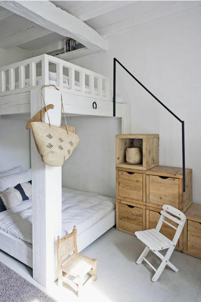 aménager une chambre de 10 m2 sur deux niveaux, en blanc et marron clair, cases de rangement recyclées, avec deux chaises en blanc et marron, plafond en poutres blanches, avec tapis gris clair vintage