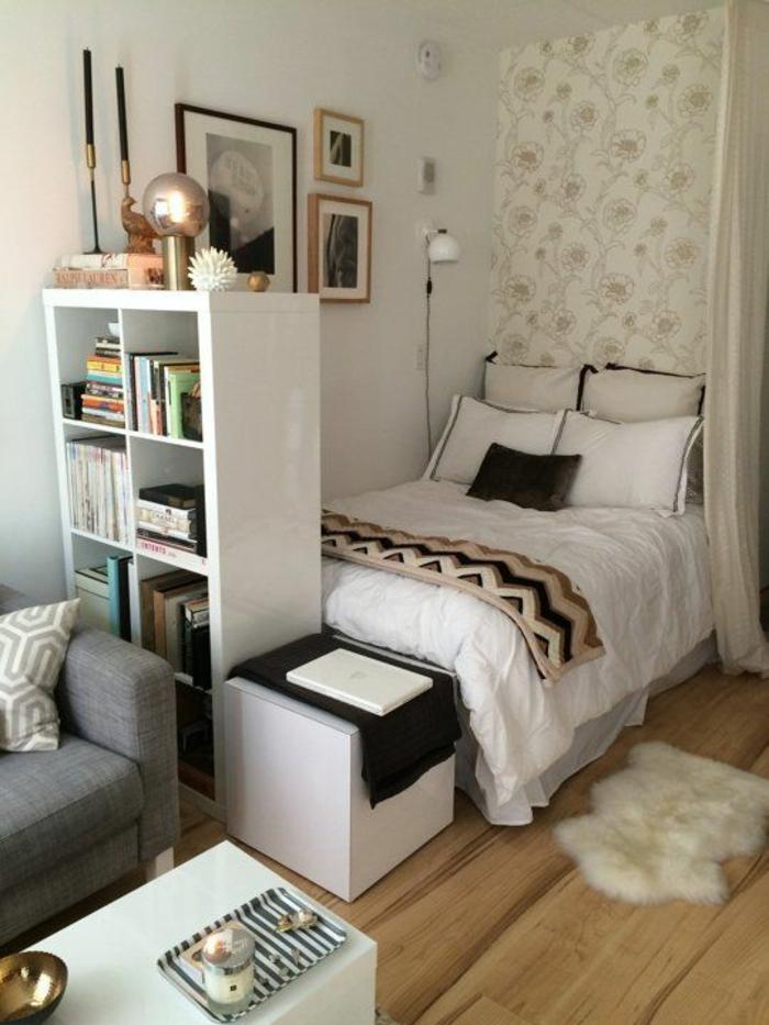 chambre de 9m2 deco petite chambre adulte avec meuble en blanc pour séparer l'espace, petite table basse en blanc, deux grands bougeoirs couleur argent et deux bougies noires