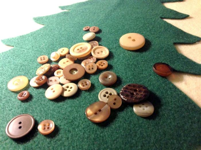 décoration de Noel avec figures en feutrine, boutons, pin en feutrine, figures amusantes