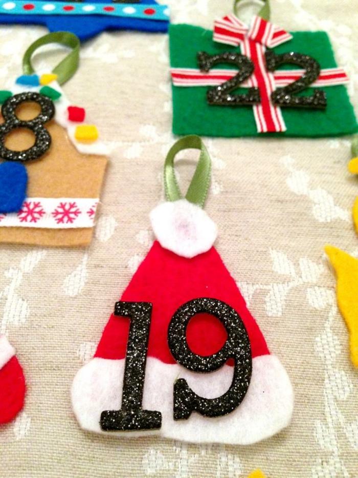 figurines en feutrine colorée, nombres adhésifs et rubans verts