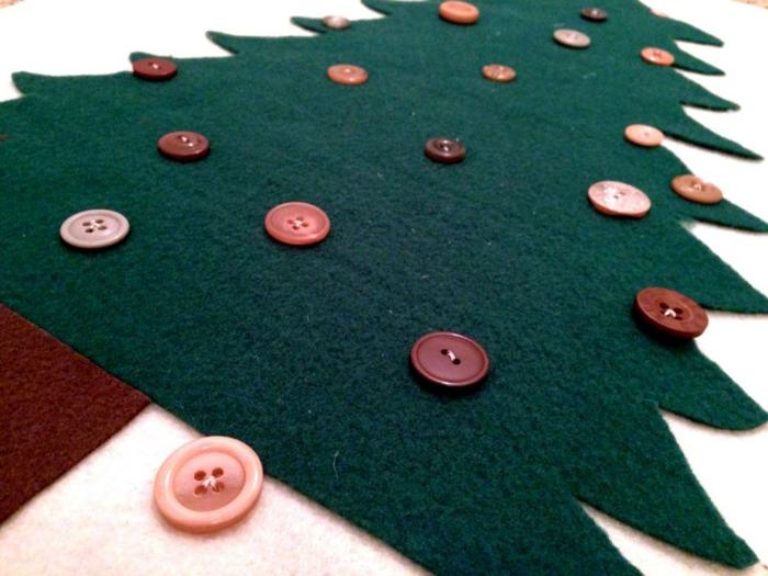apin de Noel décoratif avec figures découpées avec des découpes de biscuits