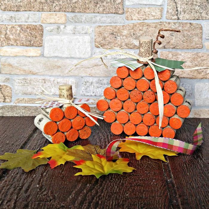 un bricolage automne avec des bouchons de liège récupérés pour réaliser une jolie citrouille décorative