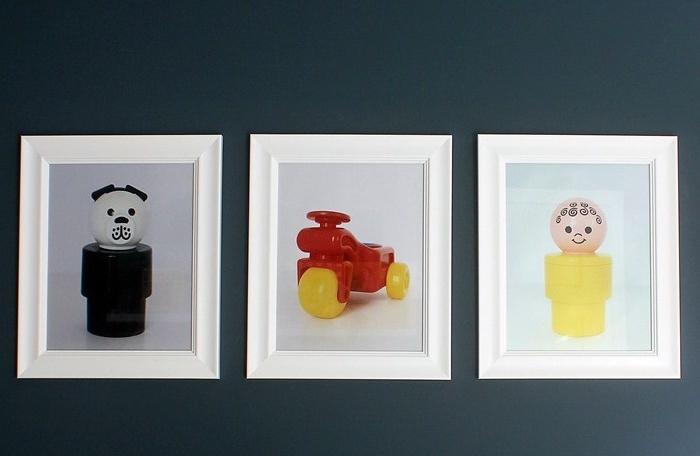idée de déco chambre bébé a faire soi meme, photos de jouets mis dans des cadres blancs sur un mur gris