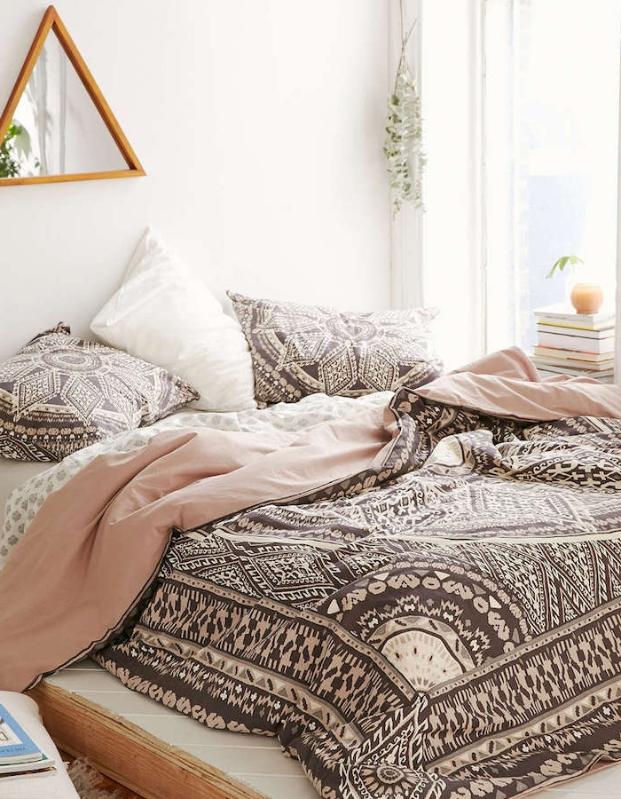 déco chambre cocooning zen, mur couleur blanche, linge de lit noir et blanc et rose, etageres triangulaires, pile de livres