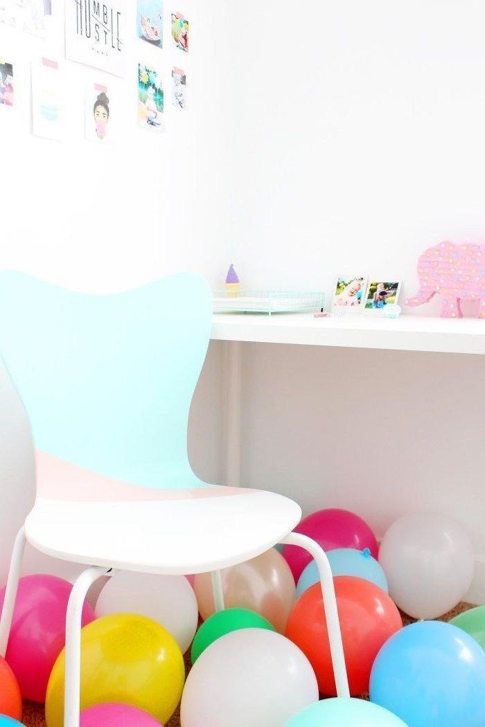 customiser un meuble avec de la peinture couleur pastel et des motifs graphique, chaise aux nuances pastel pour une déco de coin bureau douce et féminine
