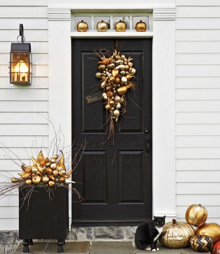 bricolage halloween, décoration de la porte d'entrée noir avec fruits et légumes peintes en or et orange, lanterne noire avec lampe jaune