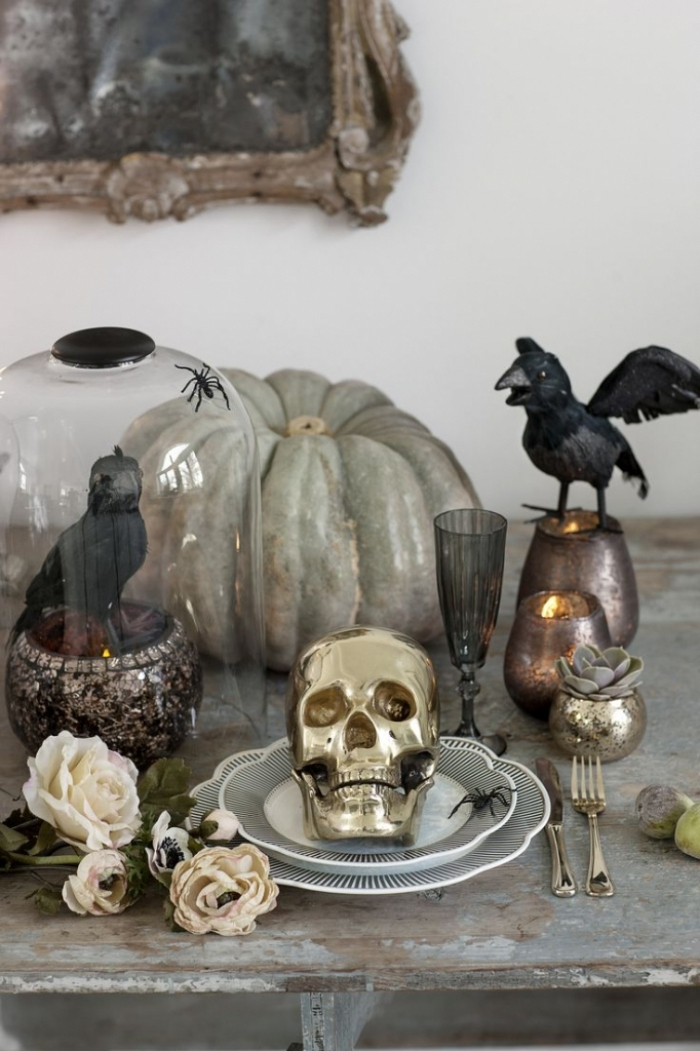 accessoire halloween, meubles vintages décorés avec citrouille grise et figurines d'oiseaux noirs pour Halloween