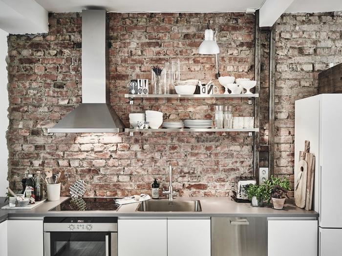 modele de cuisine, meubles de cuisine en gris métallique et blanc, mur briques et plafond blanc