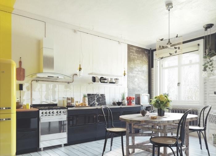 meuble scandinave, cuisine ouverte vers la salle à manger, déco de cuisine en blanc et noir avec meubles en bois