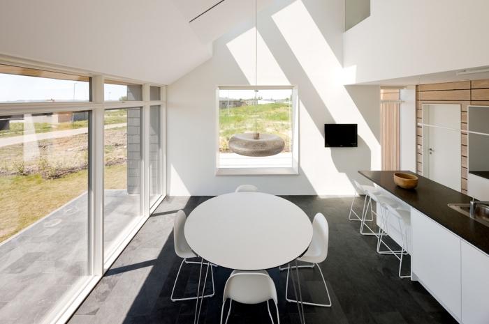 mobilier scandinave, cuisine blanche avec plancher au carrelage imitation béton gris anthracite et murs blancs