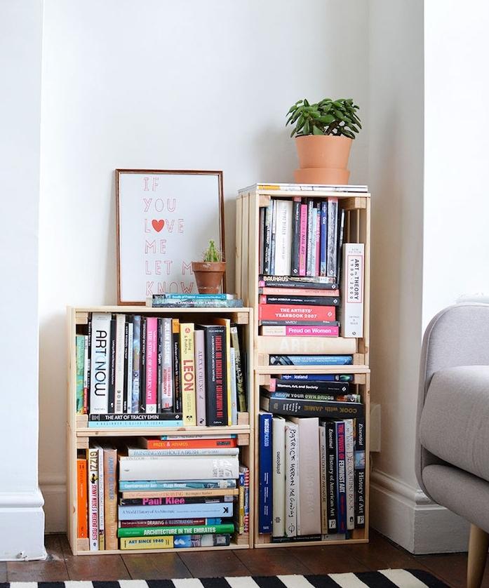 diy rangement en cagettes de bois clair, livres, parquet clair, tapis à rayures noir et blanc, idee creation deco recup