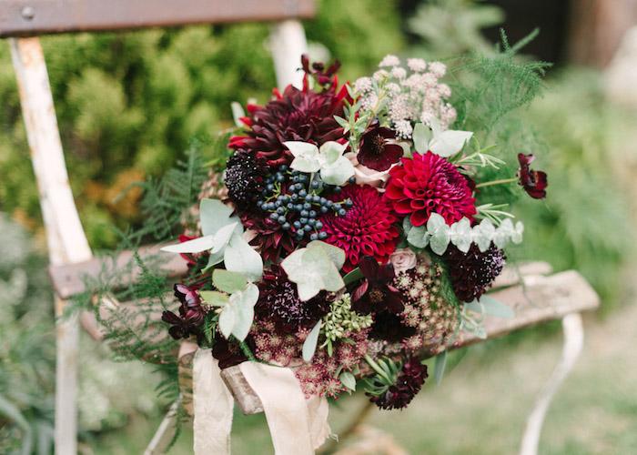 bouquet champetre coloré sur une chaise en bois vintage récup, idées décoration mariage à faire soi même