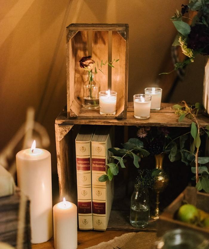 diy mariage simple, cagettes bois deco décorés de vieux bouquins, bougies blanches et soliflores, style champetre