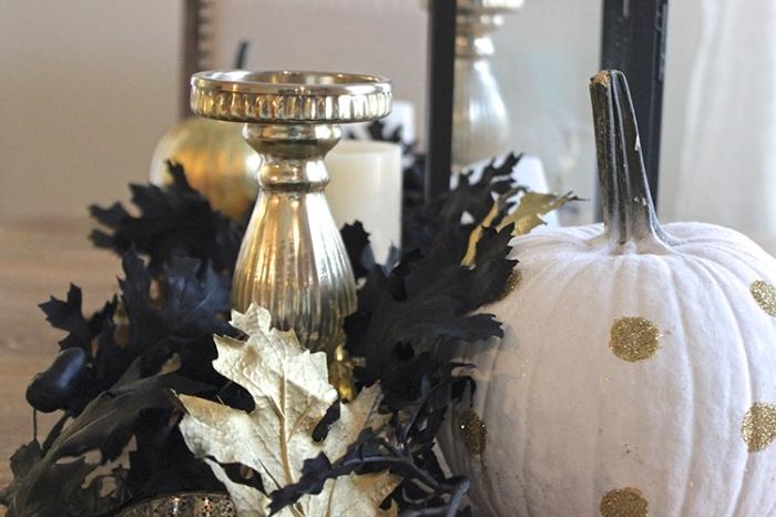 modele citrouille halloween, déco d'intérieur en noir et or, objets Halloween pour déco avec feuilles séchées et citrouille blanche