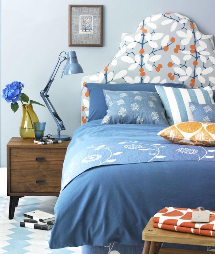 comment décorer sa chambre en bleu, mur couleur bleu clair, linge de lit bleu et blanc, petits accents orange, table de nuit bois