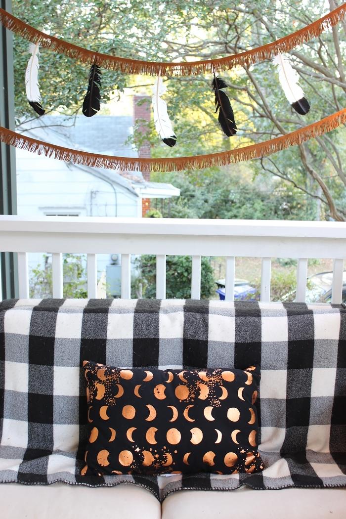bricolage halloween, déco d'extérieur pour Halloween avec banc en bois blanc et guirlande DIY en plumes