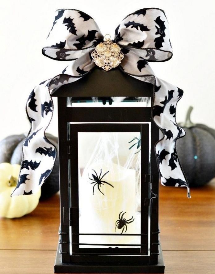 accessoires décoratifs en blanc et noir pour Halloween, lanterne noire avec bougie blanche et araignées noires