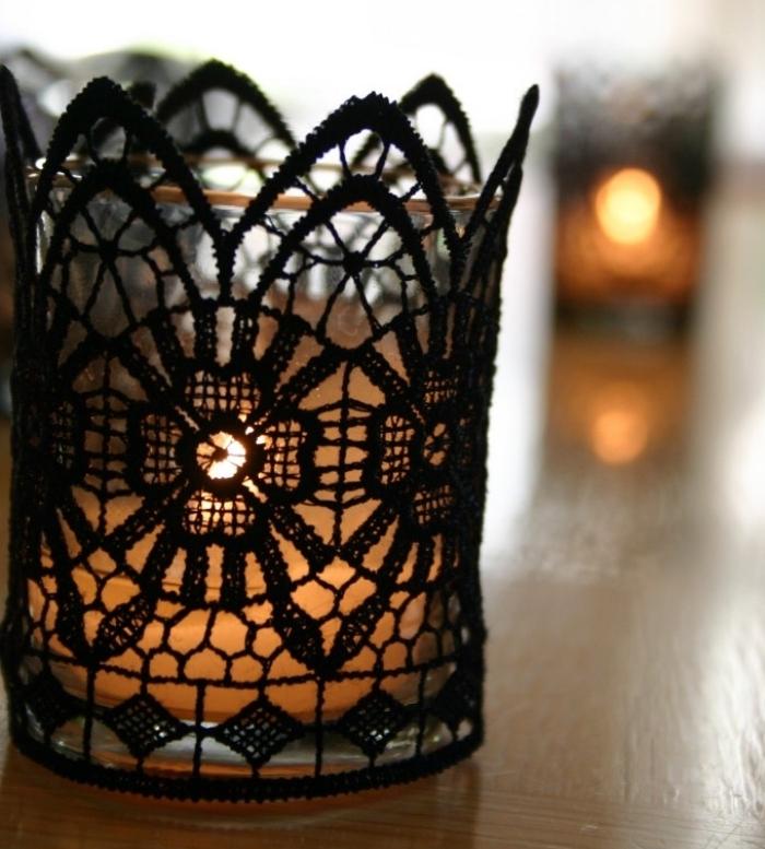 idée bricolage halloween, fabriquer une bougie avec verre et dentelle noire, déco lumineuse pour Halloween