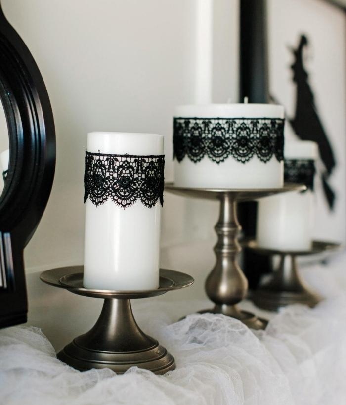 bricolage halloween, modèle de bougies blanches décorées avec dentelle noirs à motifs volutes et tulle blanche