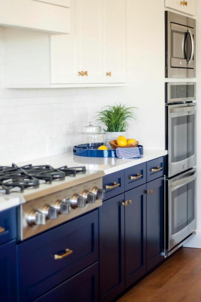 meuble bleu canard, cuisine bleu, détails des meubles en inox, meubles blancs, parquet marron foncé, petit espace bien optimisé