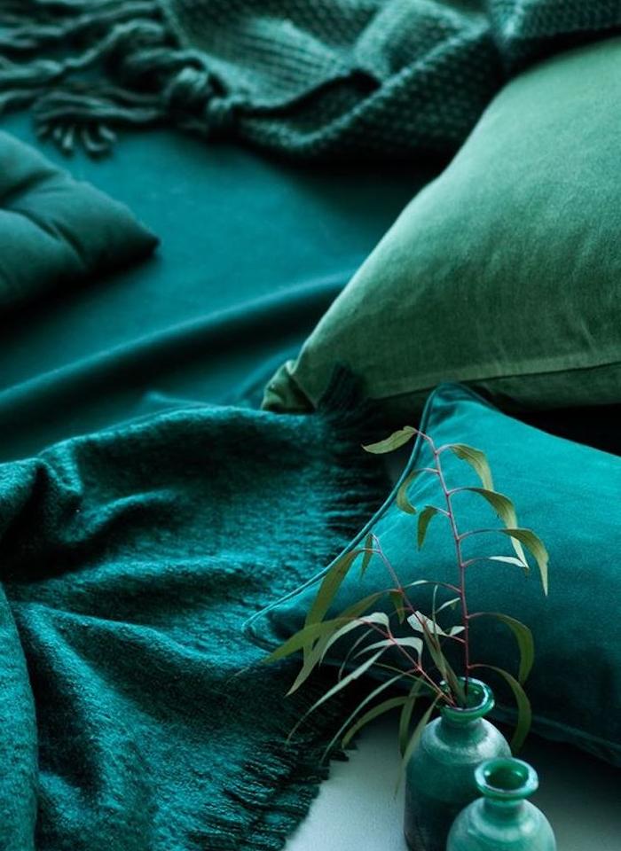 idée comment introduire une couleur par petites touches, accessoires décoratifs vert, bleu petrole et bleu paon, coussins, couvertures et vases