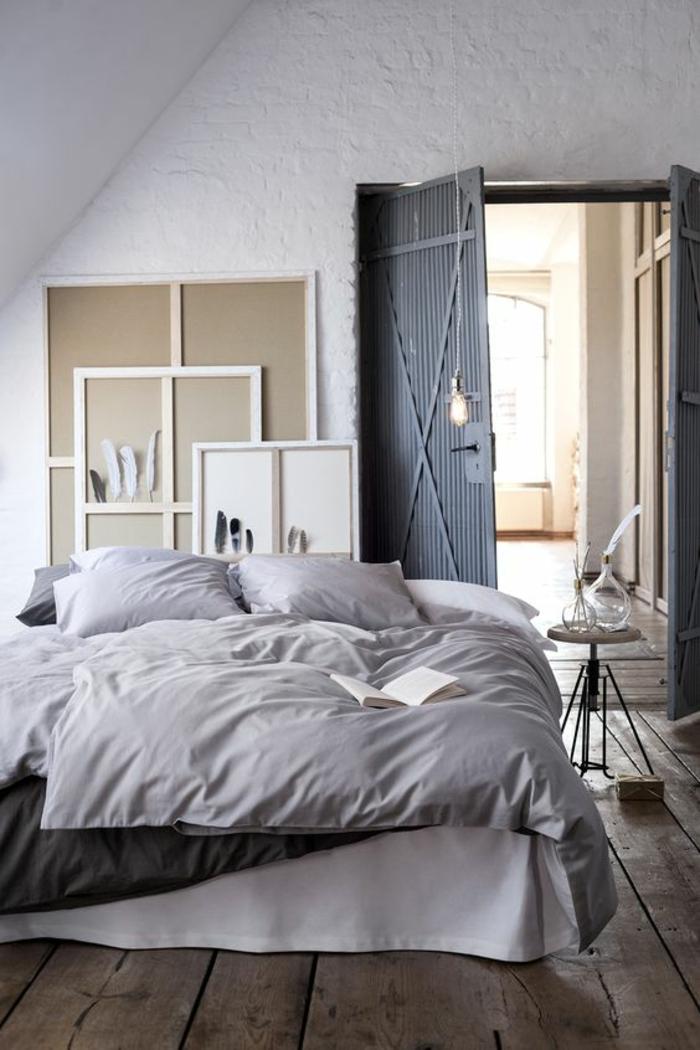 bleu cyan couleur bleu gris avec une grande porte en bleu gris ambiance vintage et romantique éléments d'atelier d'un peintre