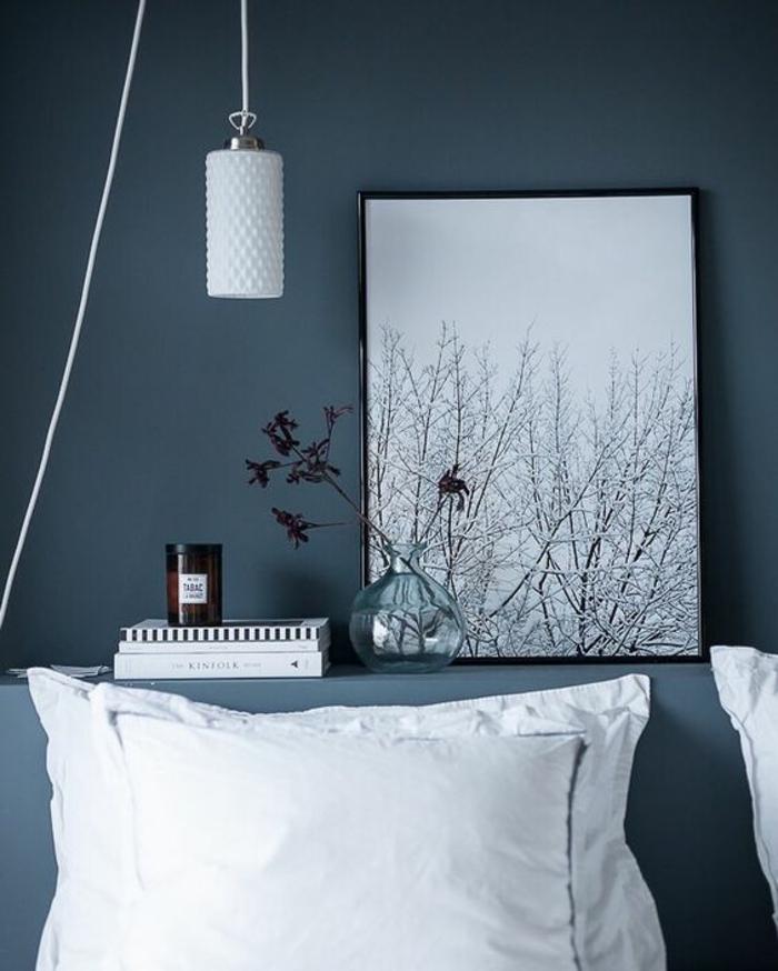 chambre adulte bleu nuance de bleu couleur bleu gris avec luminaire en verre blanc opaque et tableau avec cadre fin en noir