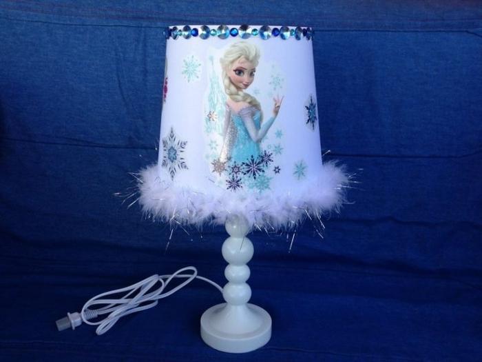 idee creation deco, lampe de chevet à pied en bois peint blanc avec stickers Elsa et flocons de neige