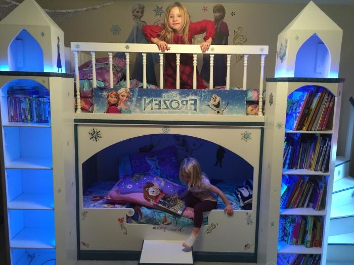 aménagement chambre enfant à design reine des neiges, housse d'oreiller disney, lit mezzanine en forme palais