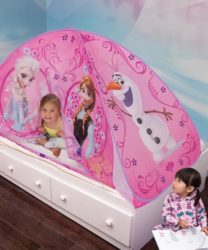 decoration reine des neiges, petit lit avec cadre en bois blanc et tante décorative rose à design Elsa Anna et Olaf