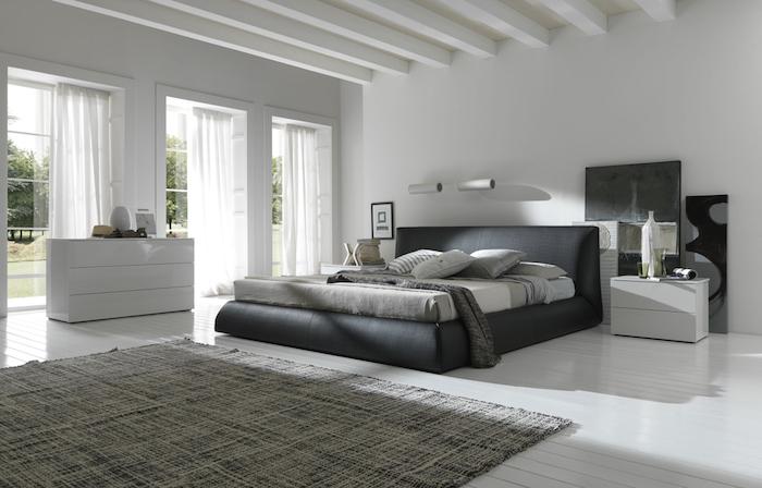 modele de deco chambre parentale, lit gris anthracite, parquet blanchi, tapis gris, commode et table de nuit blancs, deco couleurs neutres