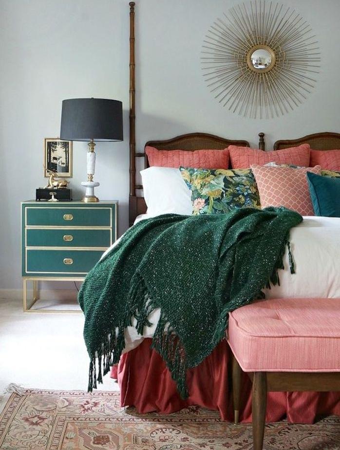 modele de deco chambre parentale, peinture murale gris perle, linge de lit rouge, rose vert, miroir soleil, commode vert, bout de lit rose, tapis oriental