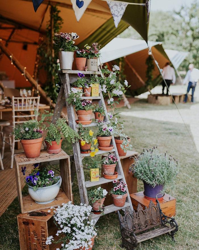 deco champetre mariage en plein air, echelle decorative en bois avec des pots de fleurs, cagettes en bois deco, petit petit banc décoratif
