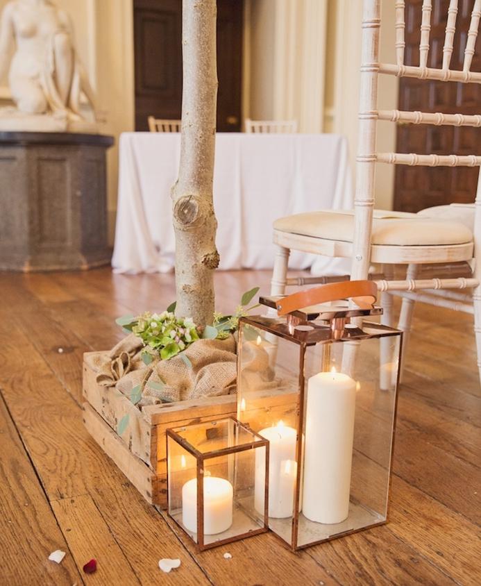 mariage champetre chic, decoration cagette avec toile de jute dedans et fleurs, lanternes avec bougies blanches romantiques