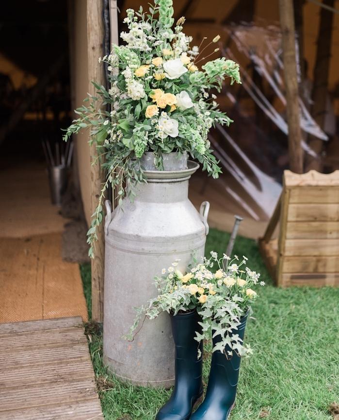 ancien pot à lait et bottes fleuries, entrée réception, deco mariage champetre, que faire avec des objets récuprérés