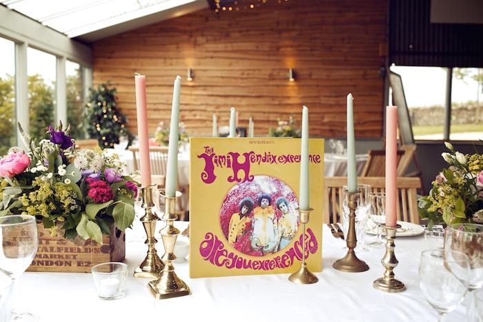 deco table mariage style champêtre, bougeoirs dorés avec des bougies rose et verts, cagette bois deco avec des fleurs champetre
